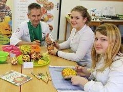Studentky žatecké školy pod dohledem lektora Luďka Procházky připravují dekorace z vyřezávaného ovoce.