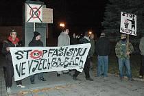 Odpůrci Dělnické strany protestují před restaurací Na Široké v Lounech, kde tato strana měla krajskou konferenci.