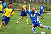 Sedčický Rostislav Žďárský zasahuje před Romanem Pohorelcem v turnajovém utkání v Tuchořicích, ve kterém rozhodli domácí výhrou 3:1 o postupu do finále.