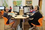 Sedmáci ze ZŠ J. A. Komenského v Lounech se učí němčinu v nové jazykové učebně.