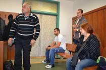 Mohamed Tahier Sayed Mohamed Hassan (vlevo), Martin Horváth (v bílém) a Irena Hassanová Suchochlebová u lounského soudu