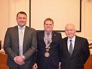 Nové vedení města Louny. Uprostřed nový starosta Pavel Janda, vlevo neuvolněný místostarosta Milan Rychtařík, vpravo uvolněný místostarosta Vladimír A. Hons.