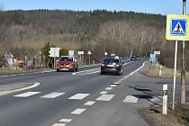 Přes Petrohrad prochází frekventovaná silnice I/6 Praha - Karlovy Vary. V rámci výstavby dálnice D6 se plánuje obchvat.
