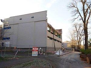 Objekt plavecké haly při ZŠ Prokopa Holého v Lounech, z něhož se zřítila část zdiva