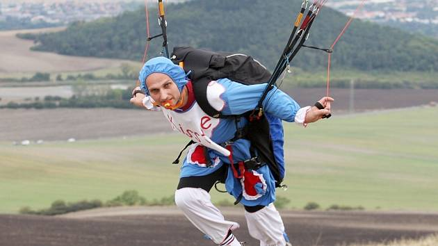 Maškarní na padácích si užívali paraglidisté na Rané u Loun