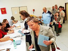Nečekaná fronta lidí vznikla ve volební místnosti v žatecké poliklinice ihned po otevření místnosti.