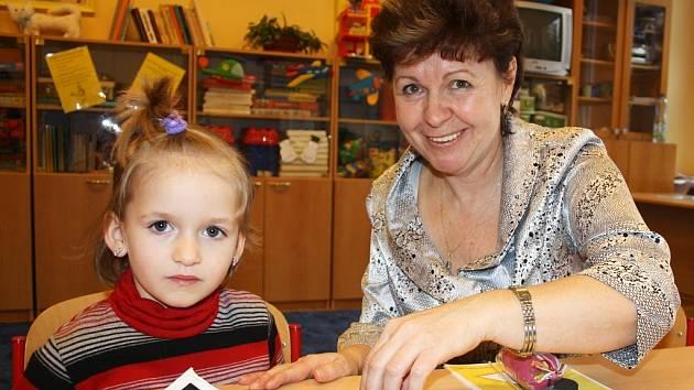 Budoucí školačka Dominika Jánská odpovídá na otázky učitelky Gabriely Kuďouskové v ZŠ Přemyslovců v Lounech při zápisu dětí  do prvních tříd.