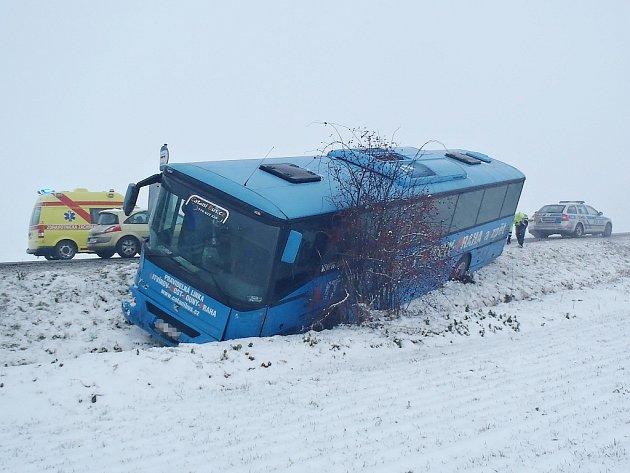 Nehoda autobusu a dvou osobních vozů 7. ledna u Sulce