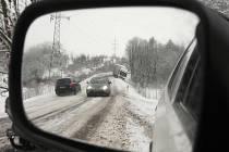 Řidič nákladního automobilu při průjezdu zatáčkou na silnici u Trnovan na Žatecku nezvládl řízení a sjel s autem do příkopu.