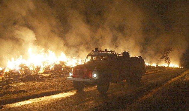 Požár stohu mezi Výškovem a Blažimí na Žatecku