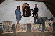 Majitel galerie David Herblich a malířka Doris Windlin stojí u papírového půllitru, který zdobil někdejší restauraci Volyňačka v Žatci.