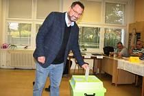 Michal Kučera, krajský lídr TOP 09, volil v pátek po 16. hodině v Lounech v hlasovací místnosti v ZŠ Školní.