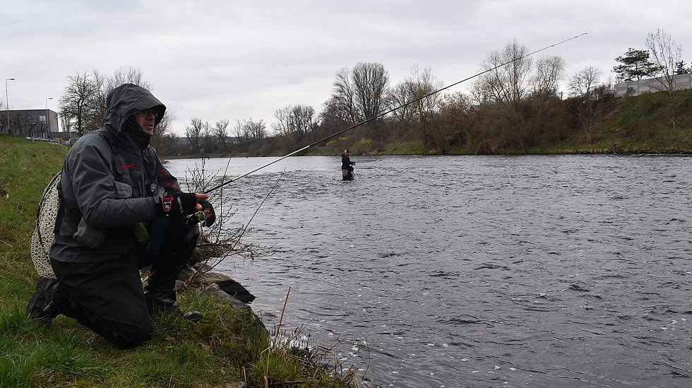 Zahájení rybářské sezony na pstruhových revírech si mezi Žatcem a Nechranicemi nenechaly ujít desítky rybářů. Objevili se mezi nimi i vodáci.