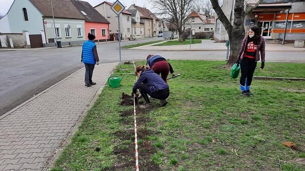 Přátelé Lenešic zvelebují obec.
