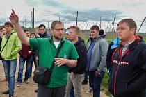 Pavel Donner provádí farmáře ze slovinského města Žalce chmelnicemi u Žatce