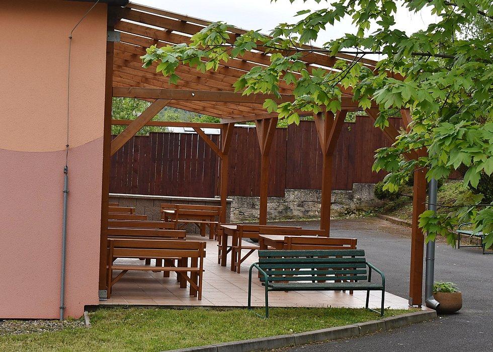 Základní škola v Domoušicích má venkovní učebnu.