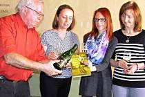 Nakladatel Vladimír Kvasnička, psychoterapeutka Gabriela Čanigová, autorka Eva Steppanová a její maminka rovněž Eva Steppanová (zleva) při slavnostním křtu knihy