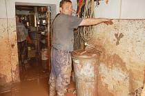 Jan Pekárek mladší z Kryr ukazuje, kde až měli v domě vodu.