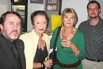 Herečky Hana Maciuchová a Eliška Balzerová si povídají se starostou Žatce Erichem Knoblauchem (vlevo) a vedoucím informačního centra žatecké radnice Janem Novotným.