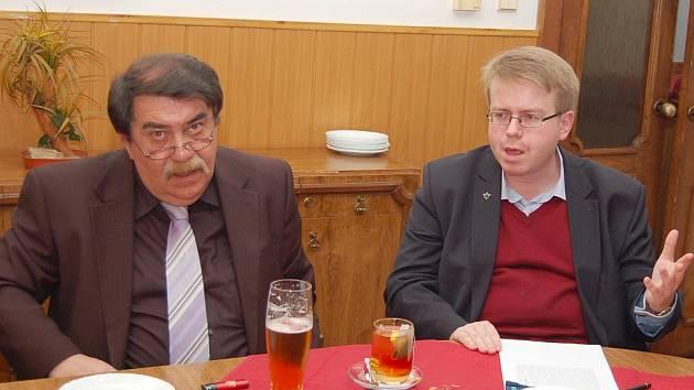 Otokar Löbl (vlevo), žatecký rodák a předseda krajanského spolku přátel Žatce v Německu, a historik Michal Pehr vysvětlují novinářům závěry komise, která měla za úkol navrhnout text a umístění pomníku.