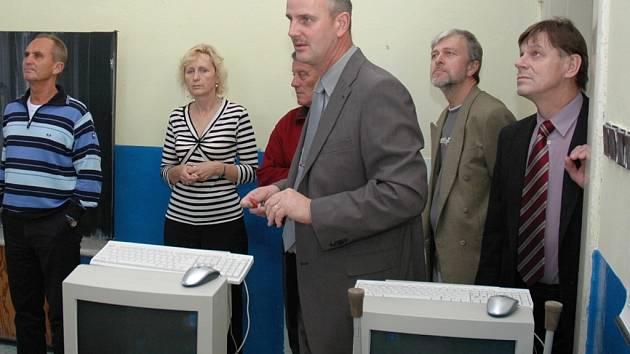 Ředitel žateckého gymnázia Miroslav Řebíček (vpředu uprostřed) ukazuje svým kolegům z celých severních Čech školní počítačovou učebnu.