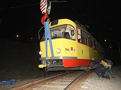 Vykolejenou tramvaj dostal zpět na koleje přivolaný jeřáb.