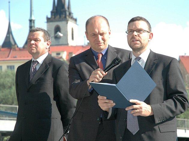Ministr zemědělství Petr Gandalovič (uprostřed) drží mikrofon starostovi Loun Janu Kernerovi, vlevo přihlíží předseda klubu Martin Vorel.