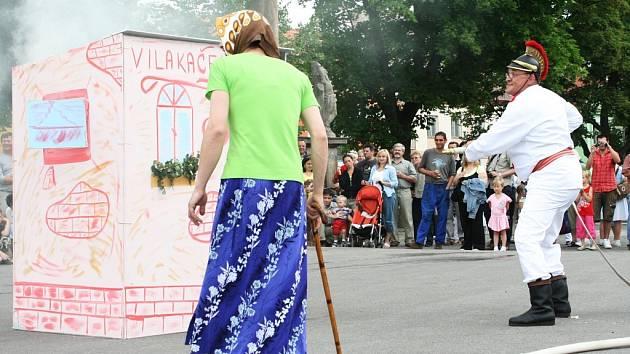 Zásah veteránů SDH Postoloprty na hořící domek za pomoci koňské stříkačky.