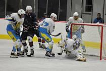 Brankovou přestřelku nakonec zvládli lépe hokejisté Loun (v tmavě modrém) díky závěrečné třetině.