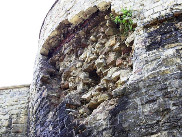Část městských hradeb v lounské ulici Pod Šancemi se vyvalila