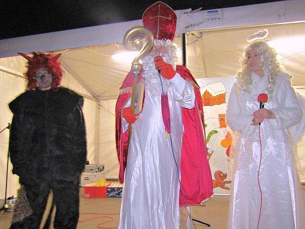 Mikuláš, čert, anděl a děti na adventní slavnosti v Krásném Dvoře.