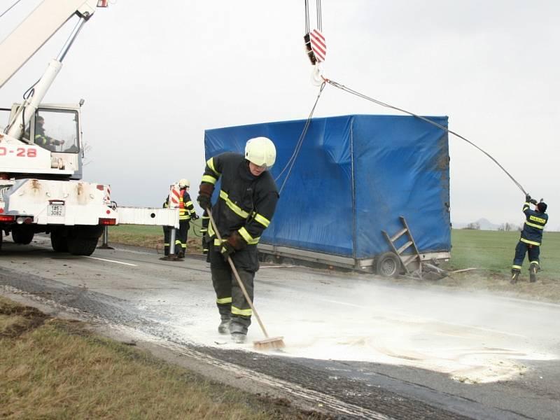 Hasiči odklízejí následky dopravní nehody na Lounsku.