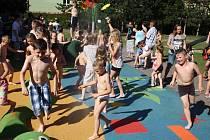 Děti ze žatecké MŠ Alergo se osvěžují ve čtvrtečním vedru v novém mlhovišti, které mají na zahradě školky.