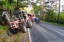 Nehoda osobního auta a traktoru u Měcholup
