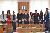 Dobrý list komory převzalo na podbořanské radnici třináct studentů.