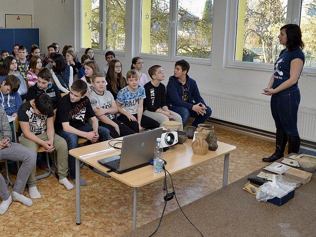 V Domě dětí a mládeže v Podbořanech proběhla v minulých dnech beseda na téma archeologie.