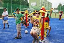Kluci cvičí paže na posilovacích strojích na novém sportovišti na Draguši.