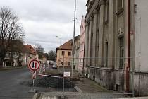 V části centrálního náměstí v Postoloprtech probíhá rekonstrukce kanalizace.