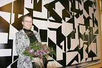 Lenka Sýkorová na archivním snímku u fotorepliky slavné opony v lounském Vrchlického divadle. Autorem návrhu ztraceného originálu je Zdeněk Sýkora. Právě on by se měl svým dílem k Vrchlického divadlu vrátit.
