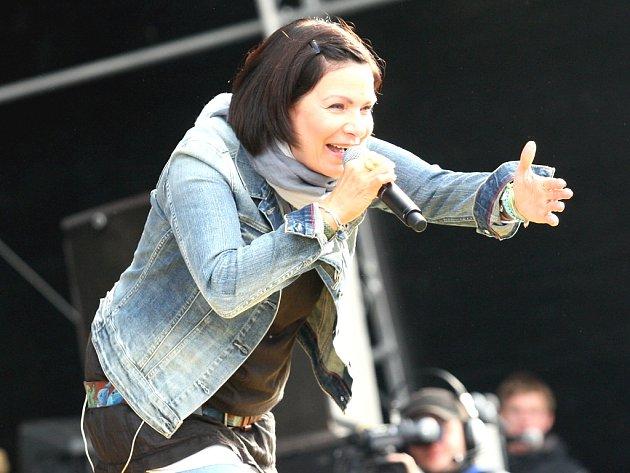 Zpěvačka Anna K. na festivalu Open Air Panenský Týnec.