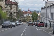 V Žatci chtějí zpomalit auta v ulici Volyňských Čechů. Informační radar na některé řidiče moc nezabírá, zvažuje se do prostoru přechodu pro chodce umístění zpomalovacího semaforu. A pro nákladní auta by v ulici platila maximální třicítka.
