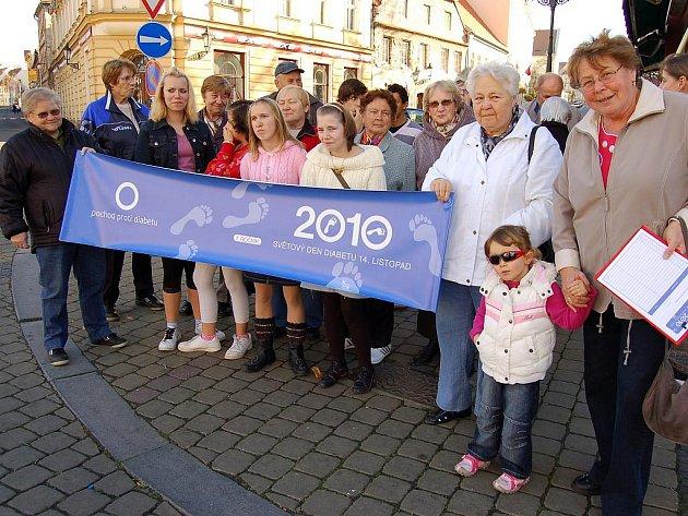 Účastníci Pochodu proti diabetu se fotografují na jeho startu na Kruhovém náměstí v Žatci.
