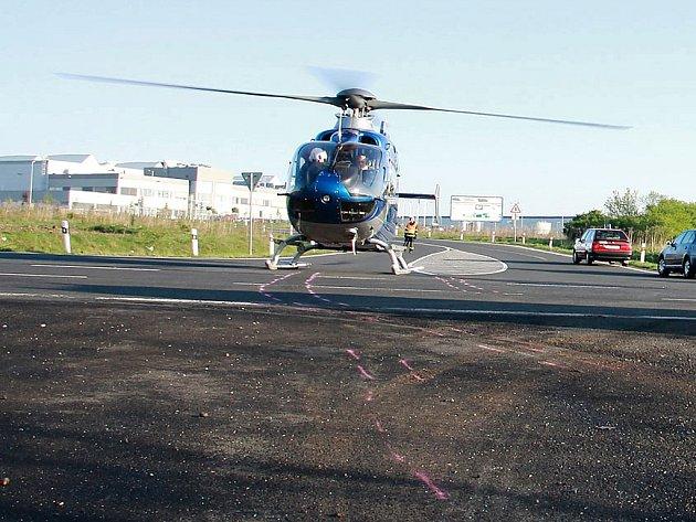 Zraněného řidiče osobního auta transportoval vrtulník do pražské nemocnice.