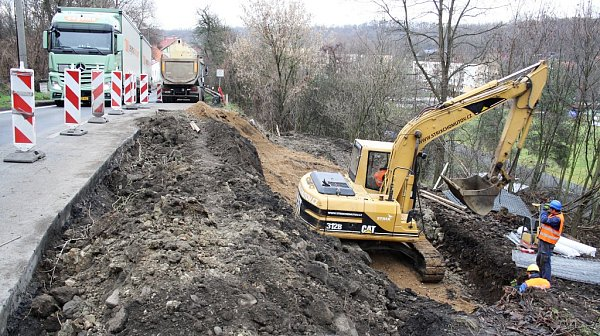 Práce na sanaci svahu začaly vtomto týdnu. Oprava silnice má  skončit na přelomu roku vzávislosti na klimatických podmínkách.