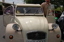 Miloš Kolařík se svým autem.