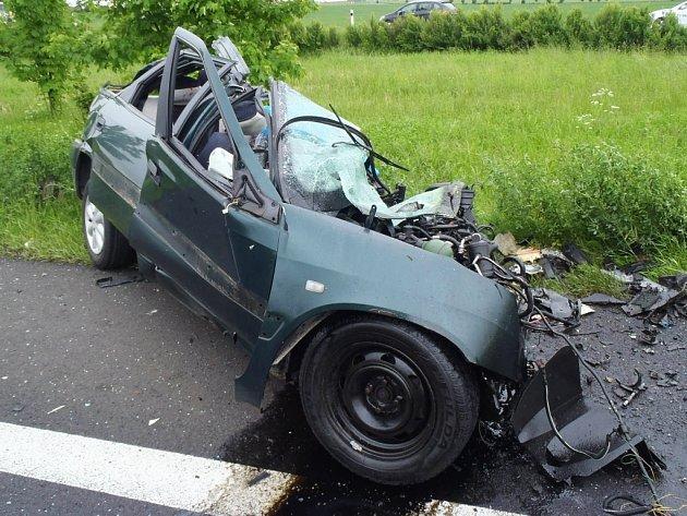 V předposlední květnový den kolem patnácté hodiny na silnici R7 u sjezdu na Cítoliby došlo k nehodě osobního vozu a kamionu. Řidič osobního vozu zemřel.