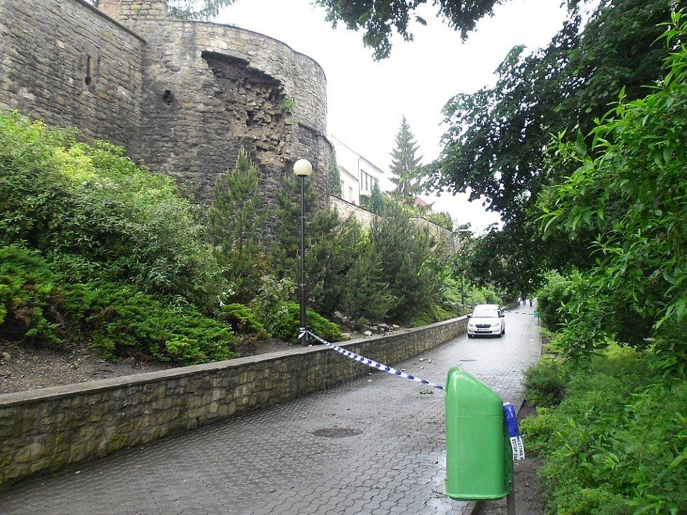 Úterý 4. 6. 2013. Část městských hradeb v ulici Pod Šancemi v Lounech odpadla. Možná kvůli vytrvalému dešti