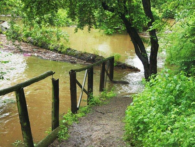 Stezka v lounské ulici Pod Šancemi už nevede podél řeky Ohře, ale přímo do ní. Záběr je pořízen v pondělí 3. 6. po 15. hodině v části u Jiráskova mlýna