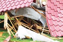 Ve Vroutku na Podbořansku odnesl vítr střechu jednoho z bytových domů.