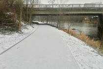 Hotový a v pondělí 4. ledna zasněžený úsek cyklostezky Ohře pod mostem silnice Most - Plzeň.